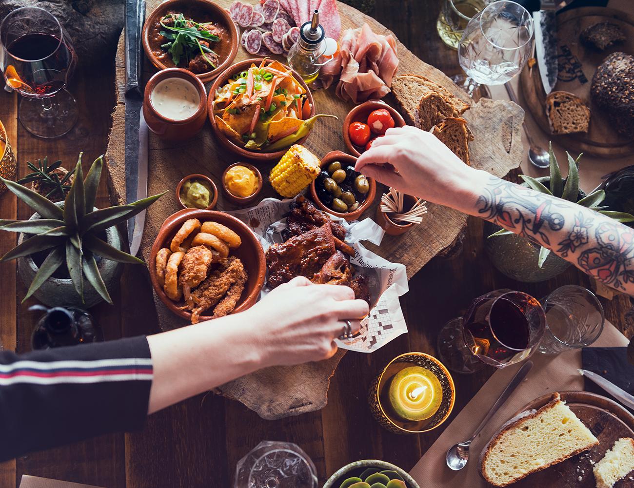 mensen eten een starter / bites van het vaderdag diner Biej de Tant Schinveld